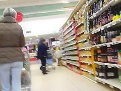 Une milf au joli cul au supermarche