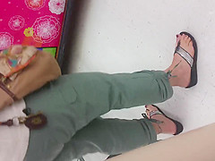MILF CANDID WITH TIGHT PANTS, FAT ASS AND PRETTY TOES