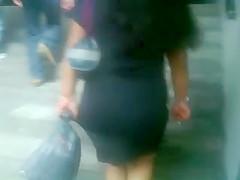 Chaparrita nalgona y piernuda en falda negra