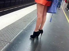 Leggy hottie stalked to the train