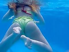 Spoon copulating under the water