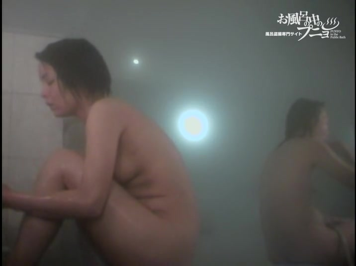 Erected nipples on the small tits of showering Japan girls dvd 03101