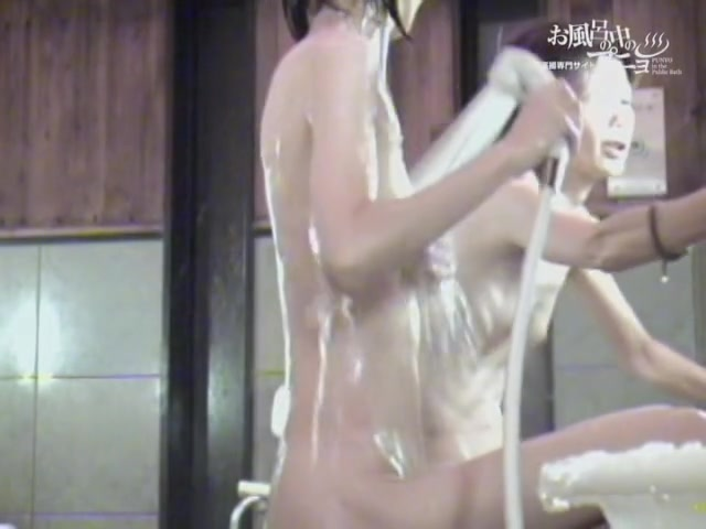Turning on Asian girlfriend video from the public shower 3333