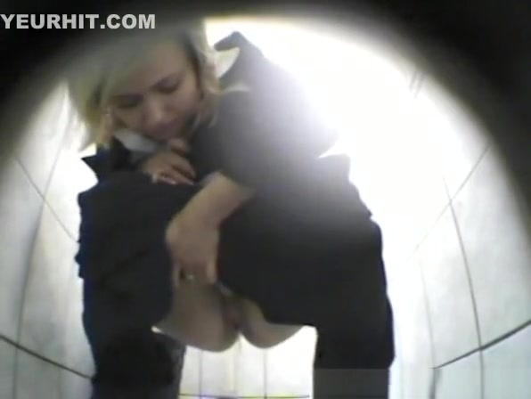 Blonde peeing and shaking booty
