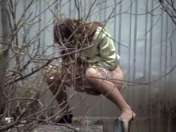 девушку туалет гаражи кусты видео семьёй ужинали