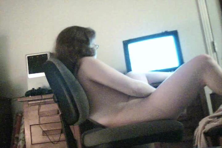 Naked amateur masturbates on voyeur webcam before the comp